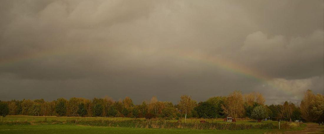 Regenbogen vor dramatischem Himmel