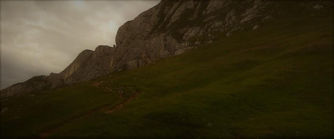 Pfad in den Bergen. Bedeckter Himmel