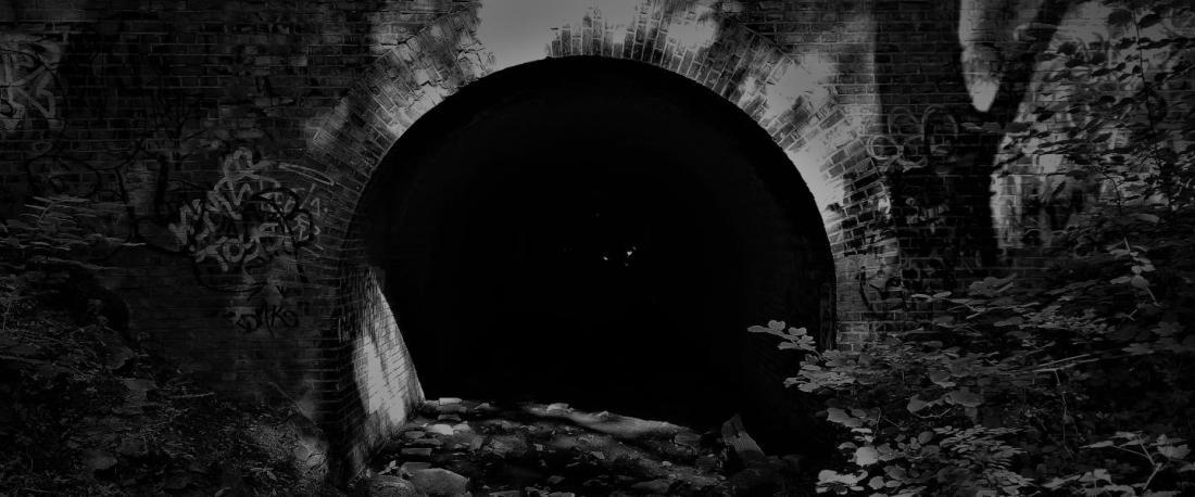 Dunkler Tunneleingang